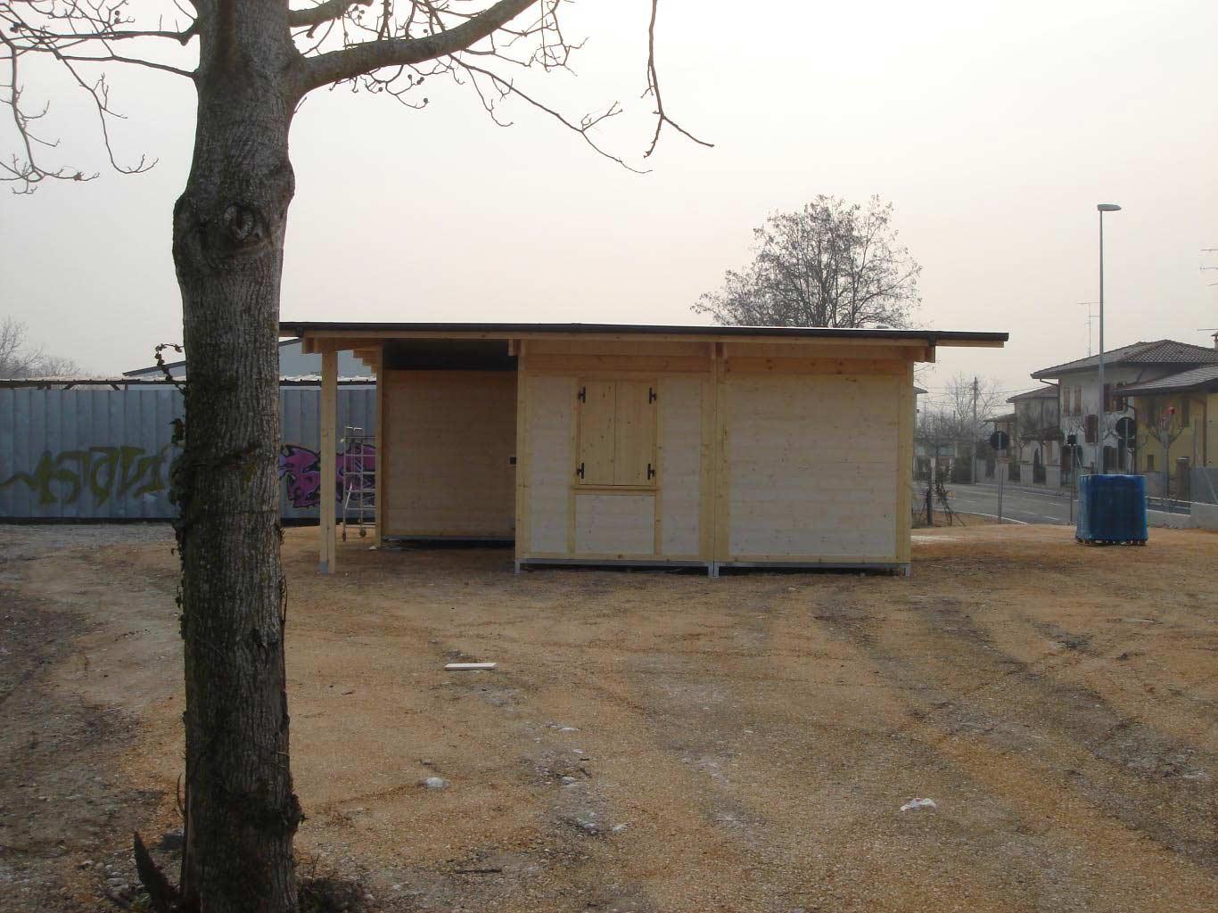 Case prefabbricatecon vetrate su giardino for Case in legno griffner